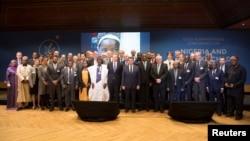 Les participants à la Conférence humanitaire d'Oslo sur le Nigéria et la région du lac Tchad posent pour une photo de famille à Oslo, Norvège, 24 février 2017.