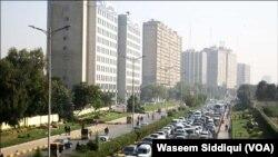 کراچی کی ایک مصروف شاہراہ (فائل فوٹو)