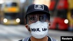 香港一名示威者面帶反對港府禁蒙面法的字樣的面罩上街示威。(2019年10月4日)