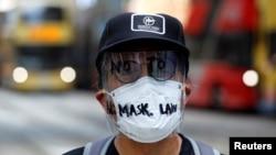 香港一名示威者面帶反對港府禁蒙面法的字樣的面罩上街示威。 (2019年10月4日)
