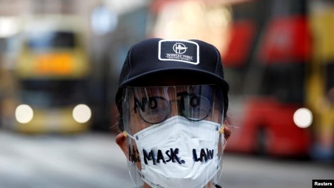 香港一名示威者面带反对港府禁蒙面法的字样的面罩上街示威。(2019年10月4日)