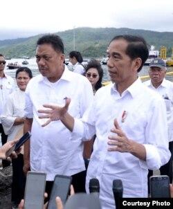 Presiden Joko Widodo di Manado, berjanji akan menggunakan kewenangannya apabila Baiq Nuril mengajukan grasi atau memohon amnesti, Jumat (5/7).(Foto: Setpres RI)