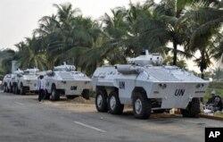Véhicules blindés de l'ONUCI près de l'Hôtel du Goft à Abidjan.