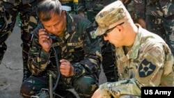 Quân nhân Mỹ hướng dẫn quân nhân Philippines cách sử dụng thiết bị truyền tin của Mỹ ở Tỉnh Nueva Ecija, Phillipines ngày 7/3/2019. (U.S. Army photo by Staff Sgt. Cody Jones)