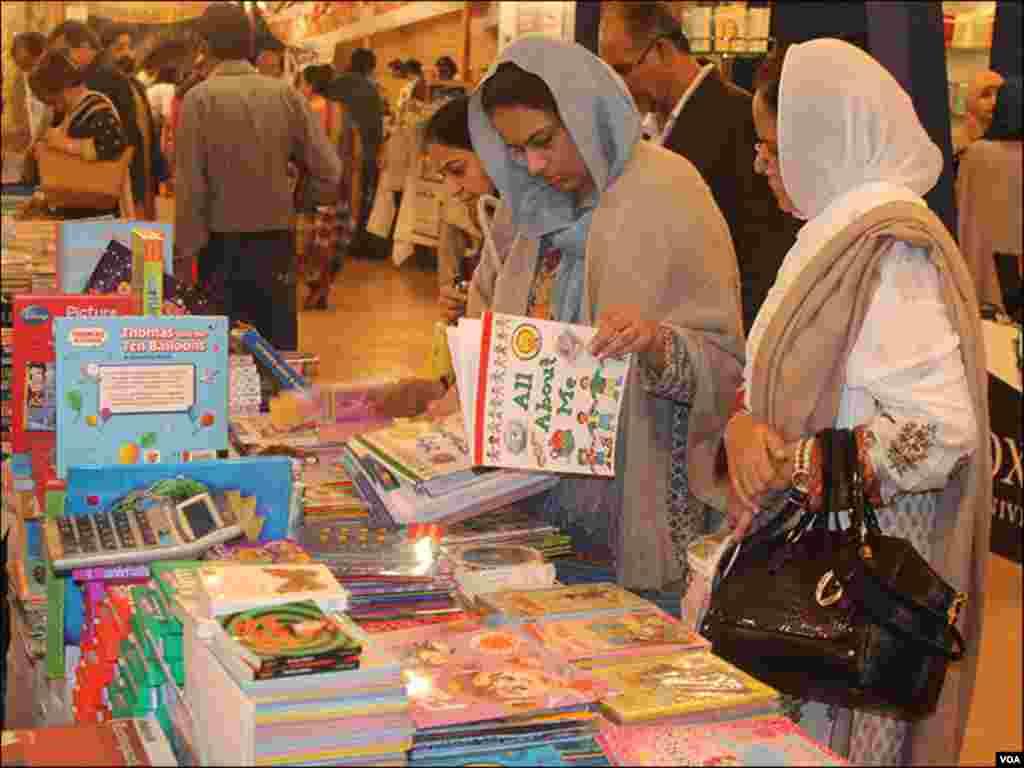 میلے میں کتابوں کے اسٹالوں پر رش رہا