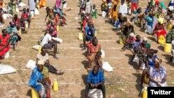 Pembagian bantuan kemanusiaan saat pandemi Covid-19, di kamp Kakuma, Kenya, April 2020. (Photo: SamuelOtieno/Twitter@UNOCHA)