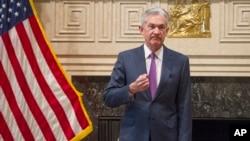 Ông Powell đang hứng búa rìu chỉ trích từ ông Trump