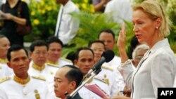 Thẩm phán Agnieszka Klonowiecka Milart trong buổi lễ tuyên thệ ở Phnom Penh ngày 3/7/2006