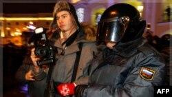 Binh sĩ Bộ Nội Vụ Nga bắt một người tham gia biểu tình để phản đối các kết quả bầu cử quốc hội được tổ chức qua các trang mạng xã hội