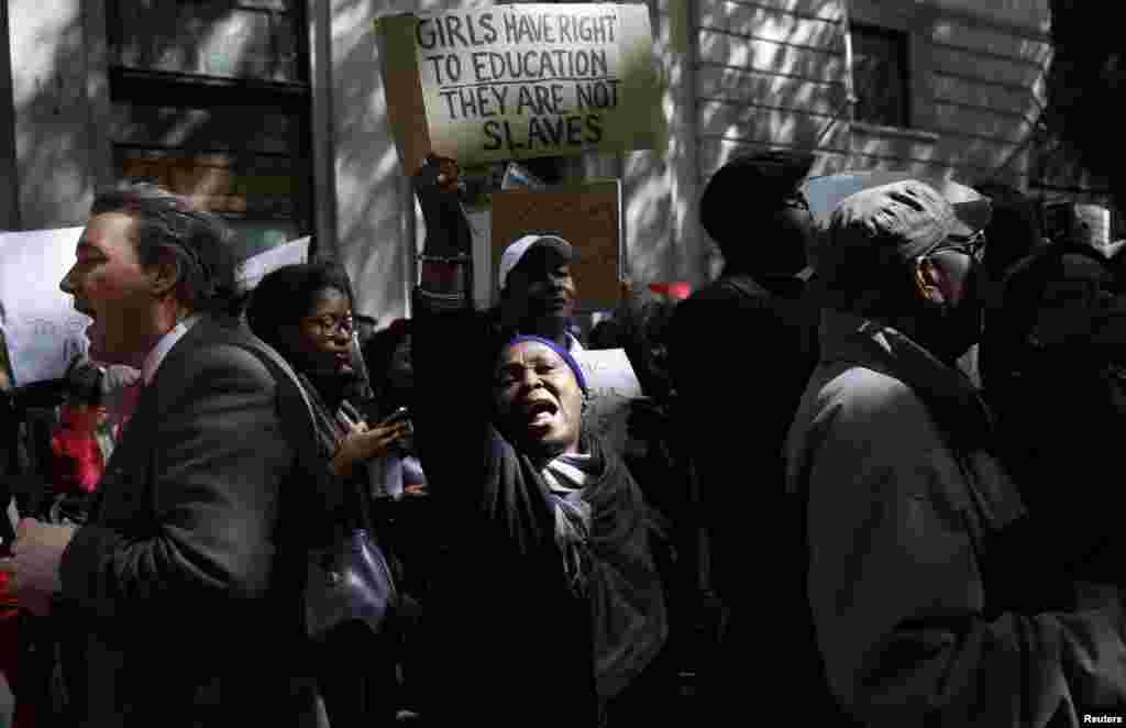 احتجاجی مظاہرین شدت پسند تنظیم بوکو حرام کے خلاف غصے کا اظہار کر رہے ہیں۔
