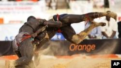 La lutte traditionnelle est très célèbre en Gambie et au Sénégal, ici à Dakar, 30 mai 2010.
