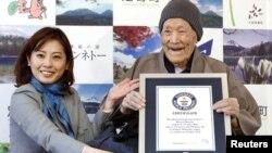 آرشیو - «ماسازو نونکا» هنگام دریافت عنوان مسن ترین مرد جهان از رکورد جهانی گینس