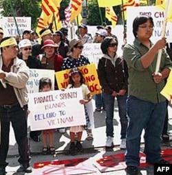 Biểu tình trước lãnh sự quán Trung Quốc ở Los Angeles, ngày 4/6/2011