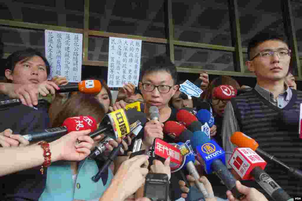"""太阳花学运学生领袖魏扬在台北地方法院门口宣读""""为民主不服从""""声明(美国之音张佩芝拍摄)"""