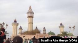 Des pèlerins à la grande mosquée lors du Magal, à Touba, Sénégal, 8 novembre 2017. (VOA/Seydina Aba Gueye)