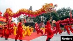 """Múa rồng tại lễ hội Gò Đống Đa ở Hà Nội. Việt Nam đã không thực hiện được mục tiêu trở thành nước công nghiệp hóa và vẫn tiếp tục giấc mơ """"trở thành con rồng châu Á."""""""