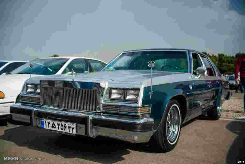 دومین دوره همایش خودروهای کلاسیک با نمایش بیش از ۵۰۰ خودرو در مجموعه آزادی تهران - ۱ خرداد ۱۳۹۵