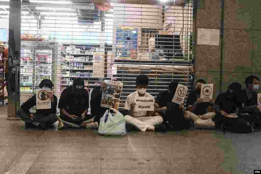 反送中运动抗议人士在税务大楼静坐抗议。(2019年9月16日)