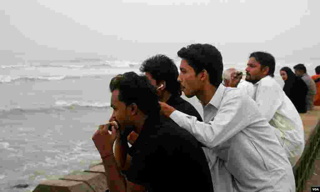 تین دوست نیلوفر کے انتظار میں۔ ان میں سے ایک دوست ارشد پشاور سے کراچی آئے ہیں