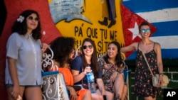 Un grupo de jóvenes cubanoestadounidenses conversan con otros jóvenes cubanos en La Habana, como parte de una visita del programa CubaONe.