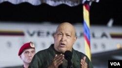 El gobierno de Venezuela y el presidente Chávez insisten en señalar que el mandatario se encuentra al frente del país aún cuando viaja para ser operado.