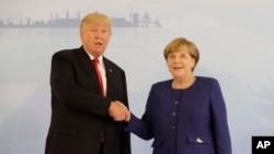 លោកប្រធានាធិបតី Donald Trump និងលោកស្រីអធិការបតី Angela Merkel ថតរូបមុនកិច្ចប្រជុំទ្វេភាគីនៅក្នុងក្រុង Hamburg ប្រទេសអាល្លឺម៉ង់ កាលពីថ្ងៃទី៦ ខែកក្កដា ឆ្នាំ២០១៧។