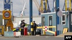 Cảnh sát đứng gác tại 1 lối vào bến cảng Tilbury, ngày 16/8/2014, nơi 35 người được phát giác bên trong 1 container chở hàng.