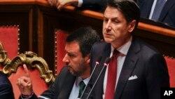جوزپه کونته، نخست وزیر ایتالیا، در حال سخنرانی در پارلمان. متیو سالوینی کنار او نشسته است.