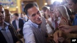 Kandidat presiden Partai Republik Mitt Romney berjabat tangan dengan pendukungnya di Ohio. (Foto: AP)