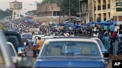 Rua movimentada de Bissau