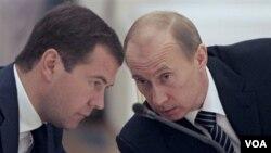Presiden Rusia Dmitry Medvedev (kiri) tidak ingin bersaing dengan PM Vladimir Putin dalam pilpres Rusia tahun depan.