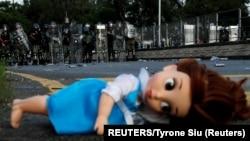 Zaboravljena lutka pred policijskim kordonom za razbijanje demonstracija (Foto:REUTERS/Tyrone Siu)
