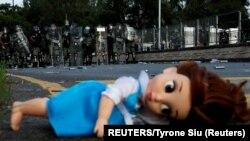 عروسک به جا مانده روی زمین توسط معترضان و پلیس ضد شورش در هنگ کنگ