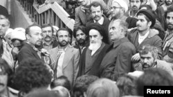 آیتالله خمینی در بهمن ۱۳۵۷ از تبعید به ایران برگشت. کمی قبلتر مذاکرات انقلابیون و ارتش با توصیه آمریکا شکل گرفته بود.