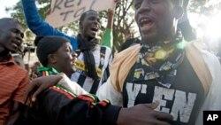 Protestataires réclamant le retrait de la candidature d'Abdoulaye Wade (Dakar, 21 fév. 2012)