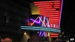 """Gedung Bioskop """"The Century 16"""" di Aurora, Colorado (Foto: dok). Di dalam gedung inilah seorang bertopeng menembaki para penonton pemutaran perdana film terbaru Batman yang diputar tengah malam. Sedikitnya 12 orang dinyatakan tewas dalam insiden Jumat dini hari (20/7) itu."""