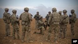 지난해 11월 시리아 만비즈에서 미군들이 공동순찰 전 준비 작업을 하고 있다.