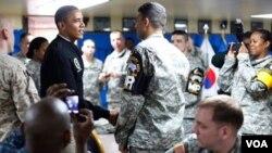 Presiden Amerika Barack Obama menemui pasukan AS di Camp Boniface dalam kunjungannya ke Zona Demiliterisasi (DMZ) perbatasan Korea Utara dan Korea Selatan (25/3).