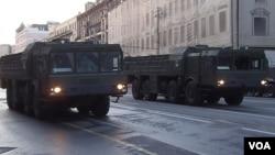 """勝利日紅場閱兵彩排時,莫斯科市中心行進的""""伊斯康德爾-M""""型戰術導彈。 (美國之音白樺 拍攝)"""