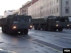 """胜利日红场阅兵彩排时,莫斯科市中心行进的""""伊斯康德尔-M""""型战术导弹。(美国之音白桦 拍摄)"""
