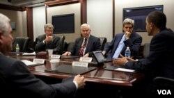 El presidente Obama, junto al secretario de Defensa, Robert Gates, y los senadores oficialistas Dick Lugar y John Kerry, durante las discusiones sobre el tratado de no proliferación.