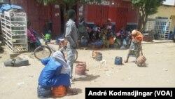 Les bobonnes de gaz butane vide en attendant les recharges, à N'Djamena, le 4 avril 2019. (VOA/André Kodmadjingar)