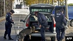 Portugalska policija proverava vozilo na ulazu u kompleks u kome će se održati samit NATO, u Lisabonu