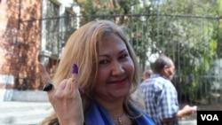 Une Vénézuélienne venant de voter (14 avril 2013)