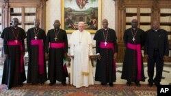Le pape François au milieu des évêques maliens au Vatican, le 7 mai 2015.