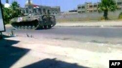 Hình ảnh lấy từ video trên YouTube cho thấy xe tăng quân đội Syria được triển khai trên đường phố chính trong khu vực Khalidiya của thành phố Homs, 160 km phía bắc Damascus