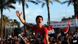 이집트의 수도 카이로의 타흐리르 광장에 집결해 군사위원회의 해체를 요구하며 시위를 벌이는 시민들