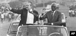 Mário Soares, com Aristides Pereira, durante uma visita a Cabo Verde, em 1986