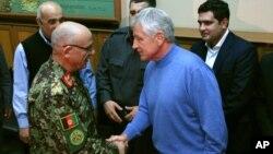 척 헤이글(오른쪽) 미 국방장관이 아프가니스탄을 방문해 셰르 모함마드 카리미 아프간 정부군 장군과 악수를 나누고 있다.