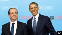 지난 2012년 5월 미국 시카고에서 열린 나토 정상회담에서 바락 오바마 미국 대통령(오른쪽)과 프랑수아 올랑드 프랑스 대통령이 함꼐 포즈를 취하고 있다. (자료사진)